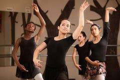 Grupo de bailarinas jovenes Fotografía de archivo