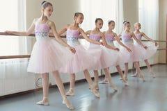 Grupo de bailarinas novas que praticam a dança na escola do balé clássico foto de stock