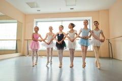 Grupo de bailarinas que ensaiam antes do desempenho Imagem de Stock
