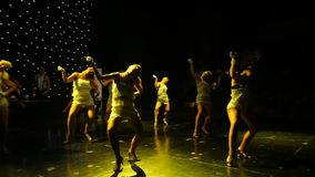 Grupo de bailarines contemporáneos que se realizan en etapa