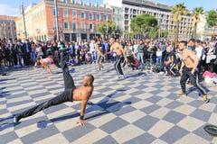Grupo de bailarines de la calle que realizan una rutina de la danza de rotura Fotos de archivo