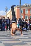 Grupo de bailarines de la calle que realizan una rutina de la danza de rotura Foto de archivo libre de regalías