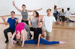 Grupo de bailarines de los estudiantes en la sonrisa del estudio de la danza fotografía de archivo