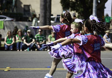 Grupo de bailarines del adolescente en el desfile del día de St Patrick Fotos de archivo libres de regalías