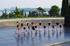 Grupo de bailarines en la etapa del teatro del ` s de Vittoriale Imágenes de archivo libres de regalías