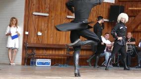 Grupo de bailarines de Georgia en traje tradicional metrajes