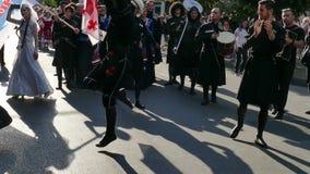 Grupo de bailarines de Georgia en traje tradicional almacen de metraje de vídeo