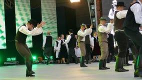 Grupo de bailarines de Hungría en traje tradicional metrajes