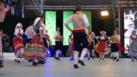 Grupo de bailarines de Italia en traje tradicional metrajes