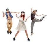 Grupo de bailarines jovenes del hip-hop en el fondo blanco Fotos de archivo