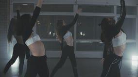 Grupo de bailarines jovenes del hip-hop que se realizan en la etapa Mujeres felices del baile almacen de metraje de vídeo