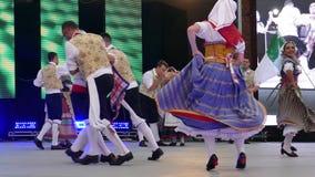 Grupo de bailarines jovenes de Italia en traje tradicional metrajes