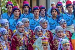 Grupo de bailarines jovenes de Turquía en traje tradicional Fotografía de archivo
