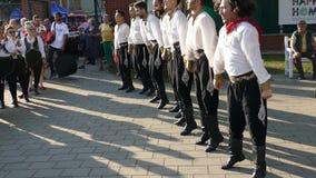 Grupo de bailarines jovenes de Turquía en traje tradicional metrajes