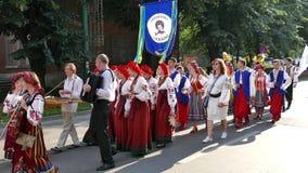 Grupo de bailarines jovenes de Ucrania en traje tradicional almacen de metraje de vídeo