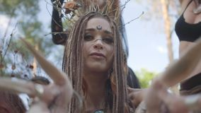 Grupo de bailarines de las mujeres con maquillaje y en los trajes fabulosos místicos que bailan danza maravillosa en humo del col metrajes