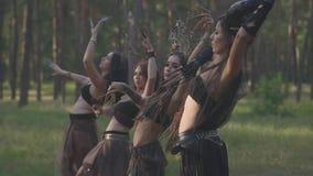 Grupo de bailarines de las mujeres con maquillaje y en los trajes fabulosos místicos que bailan danza maravillosa en humo del col almacen de metraje de vídeo