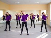 Grupo de bailarines modernos jovenes en el estudio Imagen de archivo libre de regalías