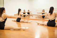 Grupo de bailarines que calientan en un estudio fotografía de archivo libre de regalías