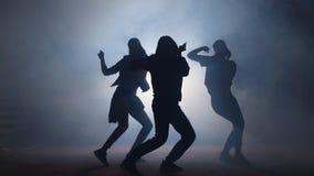 Grupo de bailarines de sexo femenino jovenes en la calle en la noche almacen de video