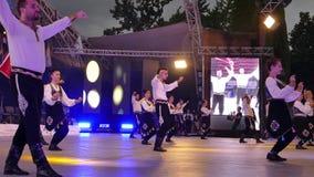 Grupo de bailarines de Turquía en traje tradicional metrajes