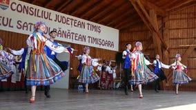 Grupo de bailarines de Ucrania en traje tradicional metrajes