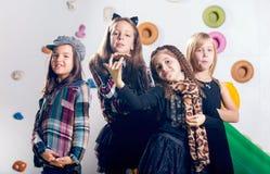 Grupo de baile feliz de los preescolares foto de archivo