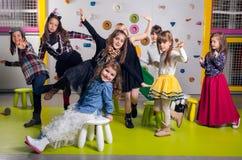 Grupo de baile feliz de los preescolares fotos de archivo libres de regalías