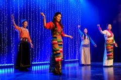 Grupo de baile tibetano de las mujeres