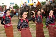 Grupo de baile tradicional en desfile de la ordenación en el elefante Foto de archivo