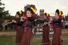 Grupo de baile tradicional en desfile de la ordenación en el elefante Fotografía de archivo libre de regalías
