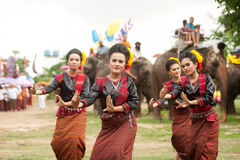 Grupo de baile tradicional en desfile de la ordenación en el elefante Imagenes de archivo