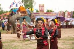 Grupo de baile tradicional en desfile de la ordenación en el elefante Imagen de archivo libre de regalías