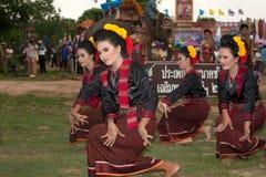 Grupo de baile tradicional en desfile de la ordenación en el elefante Fotografía de archivo