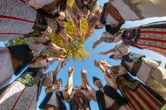 Grupo de baile tradicional en Rumania con el traje tradicional fotografía de archivo libre de regalías