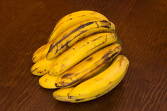 Grupo de bananas amarelas em um fundo de madeira Imagens de Stock