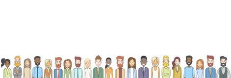 Grupo de bandera horizontal étnica diversa de la muchedumbre grande casual de la gente Foto de archivo libre de regalías