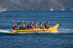 Grupo de barco de banana de montada dos jovens Foto de Stock