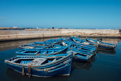 Grupo de barcos azules en Essaouira, Marruecos fotos de archivo