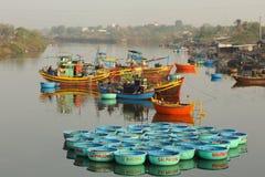 Grupo de barcos de la cesta en el río Foto de archivo
