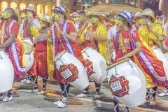 Grupo de baterías de Candombe en el desfile de carnaval de Uruguay Fotografía de archivo libre de regalías