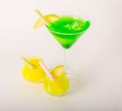 Grupo de bebidas coloridas, decorado com fruto, vidro de martini, sho Imagens de Stock