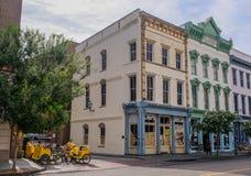 Grupo de bicicletas do táxi em uma rua em Charleston do centro fotos de stock royalty free