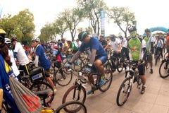 Grupo de bicicletas no dia livre do carro, Banguecoque, Tailândia Fotos de Stock
