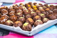 Grupo de bolas caseiros doces e saborosos do chocolate em um papel de suporta??o foto de stock royalty free