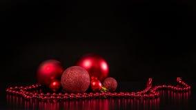 Grupo de bolas de cristal rojas de la decoración de la Navidad Fotografía de archivo libre de regalías