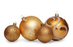 Grupo de bolas de la Navidad del oro aisladas en el fondo blanco Foto de archivo