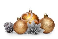 Grupo de bolas de la Navidad del oro en el fondo blanco Imagenes de archivo