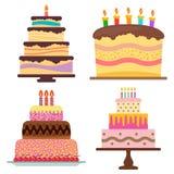 Grupo de bolo de aniversário de quatro doces com velas ardentes Imagem de Stock