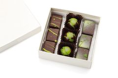Grupo de bombons luxuosos na caixa no fundo branco Choco feito a mão Foto de Stock Royalty Free